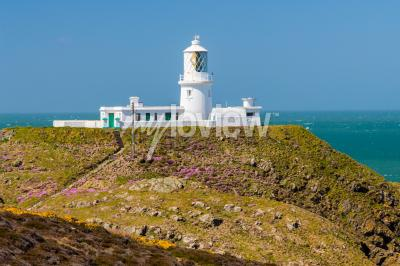 Wall mural Strumble Head and the 1908 Lighthouse on the Pembrokeshire coast